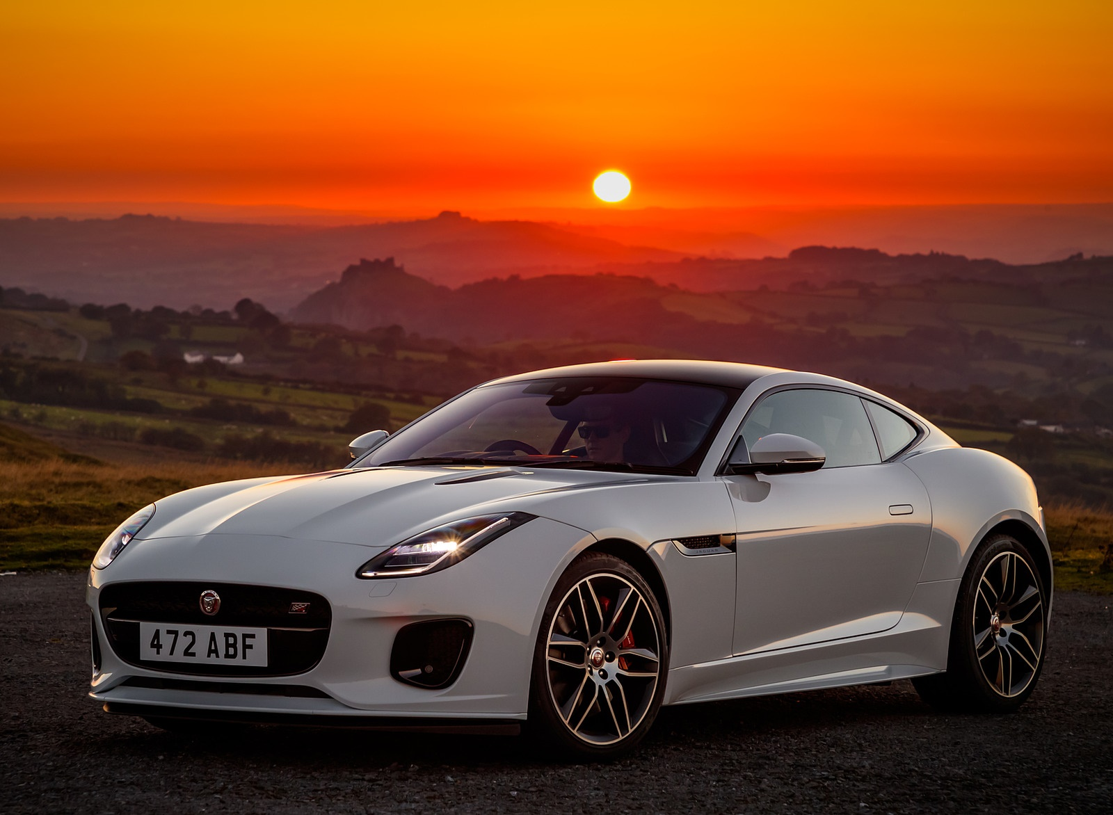 2019 Jaguar F-Type Chequered Flag Edition Front Three-Quarter Wallpaper (8)