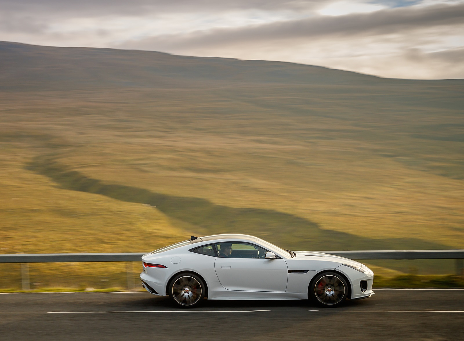 2019 Jaguar F-Type Chequered Flag Edition Side Wallpaper (10)