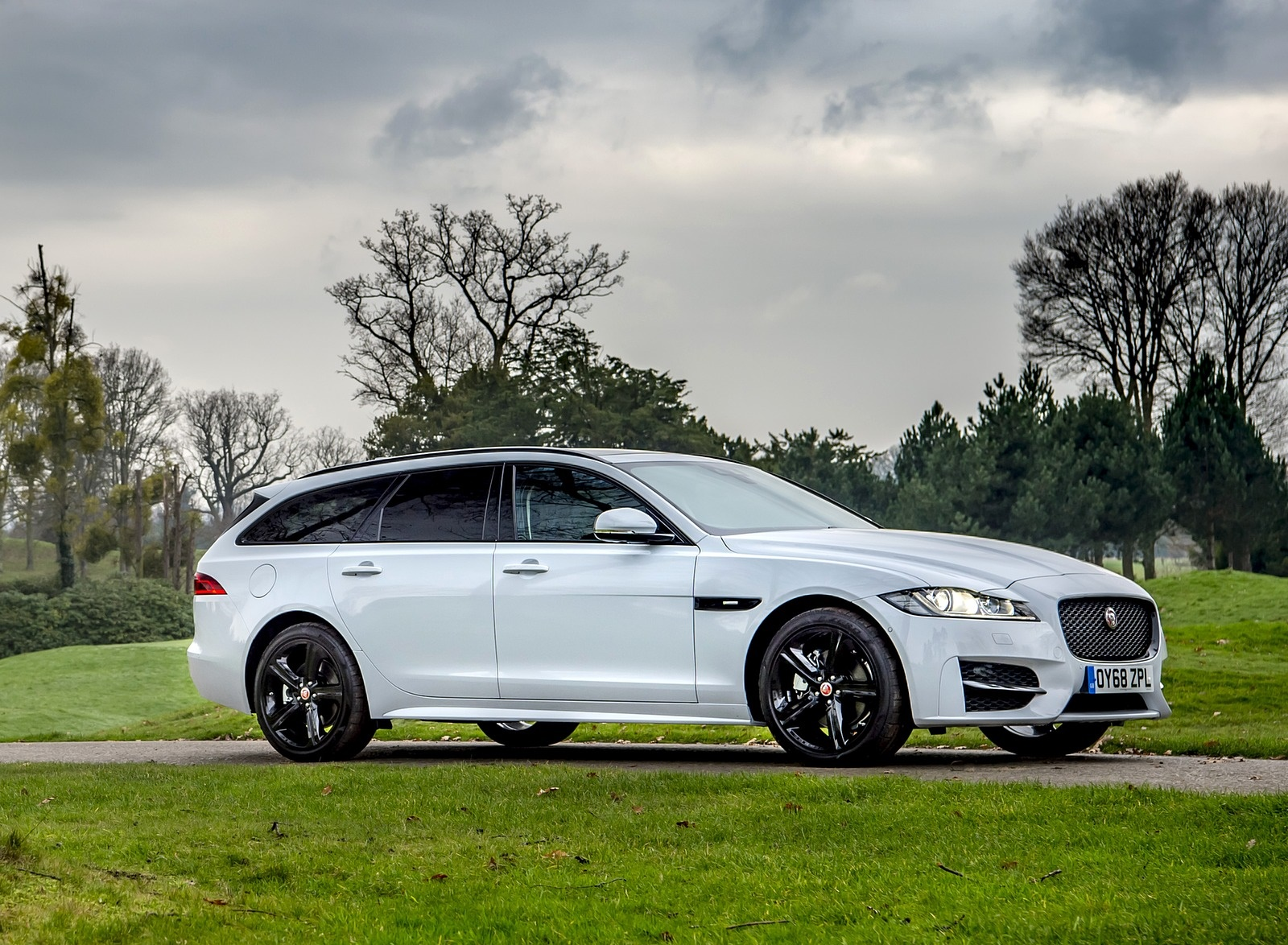 2019 Jaguar XF Sportbrake 20d AWD R-Sport Front Three-Quarter Wallpapers (12)