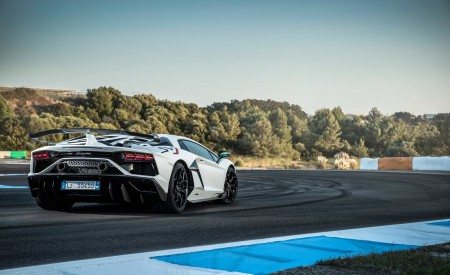2019 Lamborghini Aventador SVJ Rear Three-Quarter Wallpapers 450x275 (233)