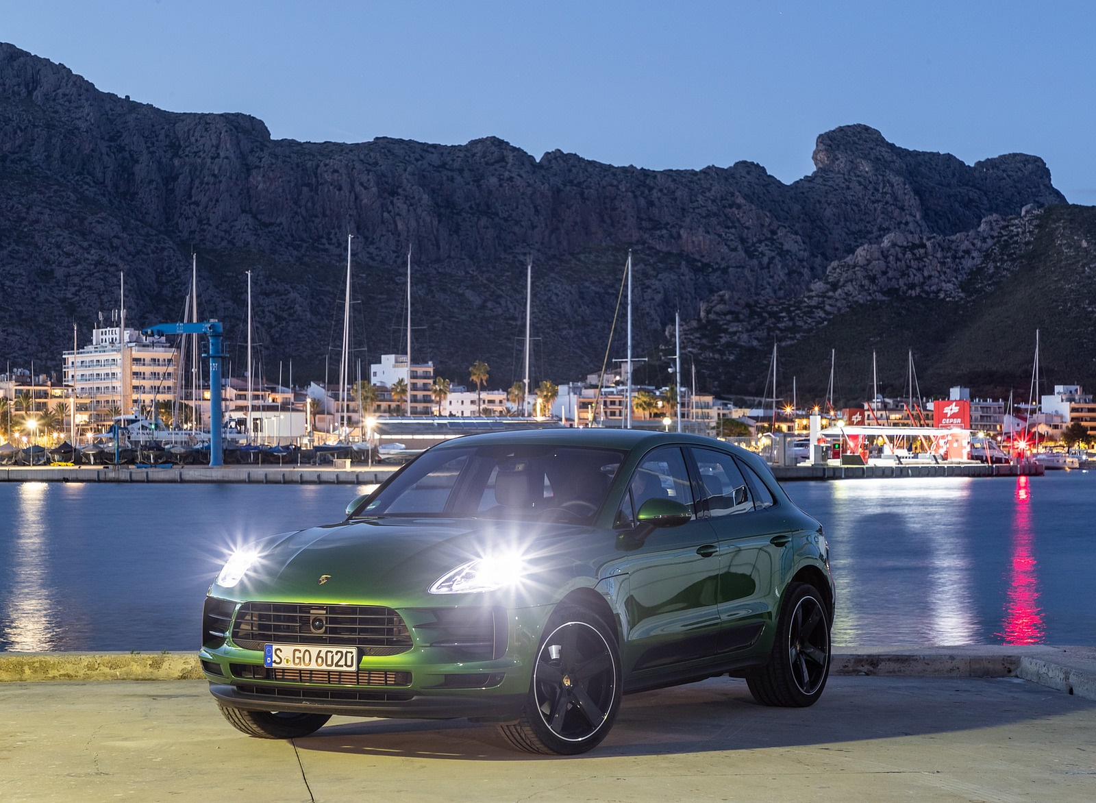 2019 Porsche Macan S (Color: Mamba Green Metallic) Front Wallpaper (11)