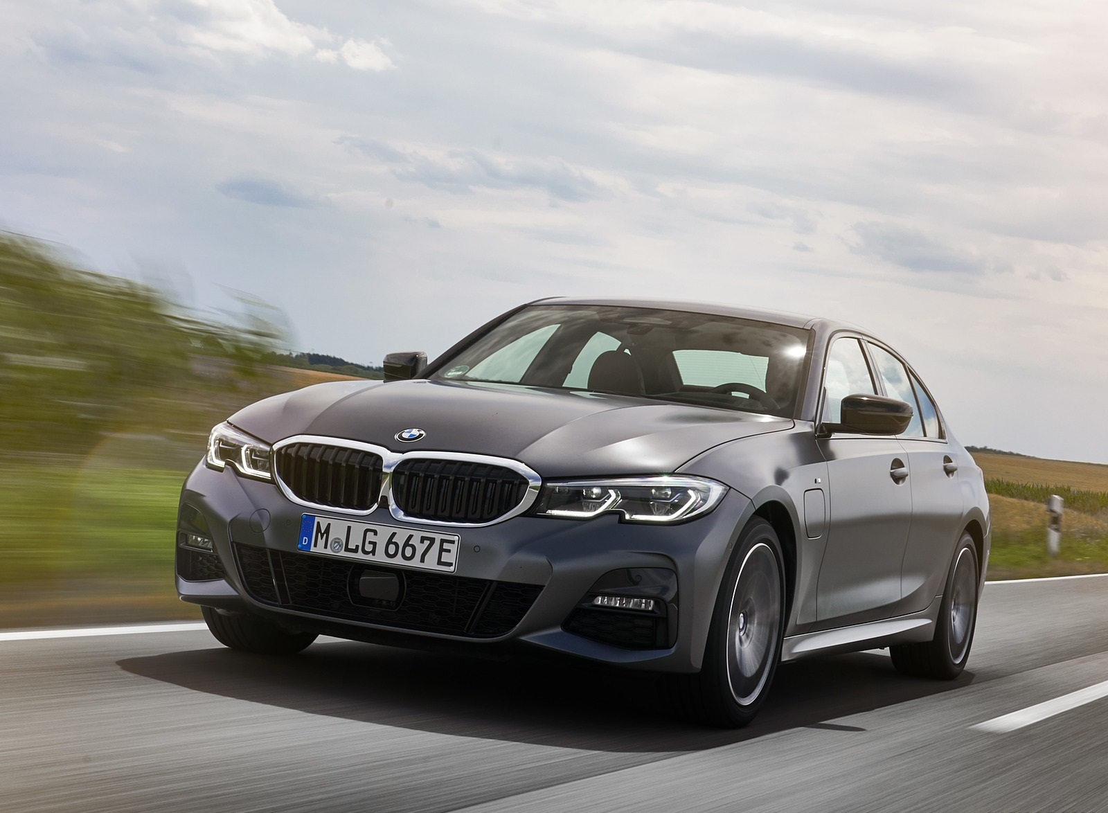 2020 BMW 330e Plug-in Hybrid Front Three-Quarter Wallpapers (3)