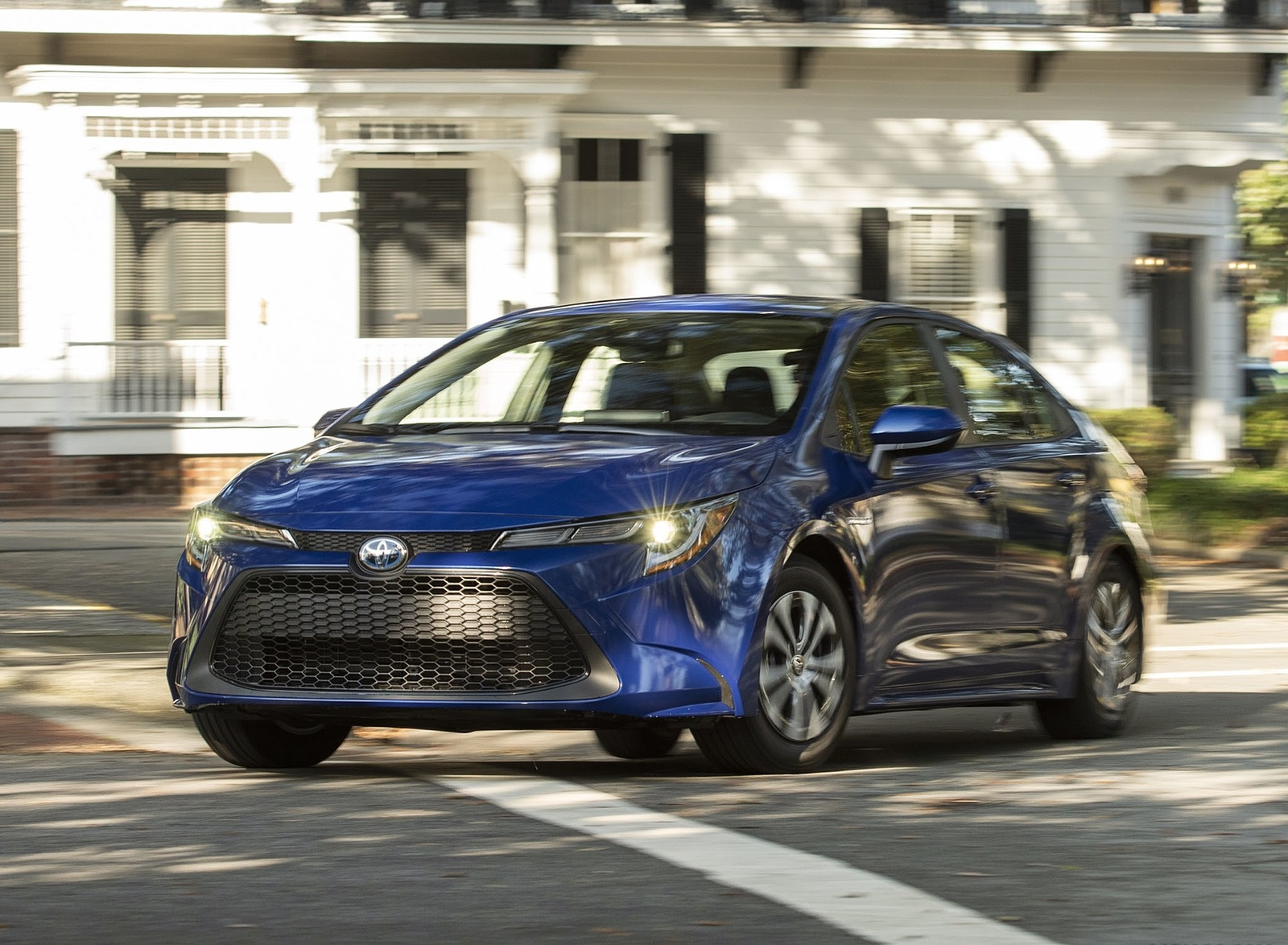 2020 Toyota Corolla Hybrid LE (Color: Blue Crush Metallic) Front Three-Quarter Wallpapers (1)