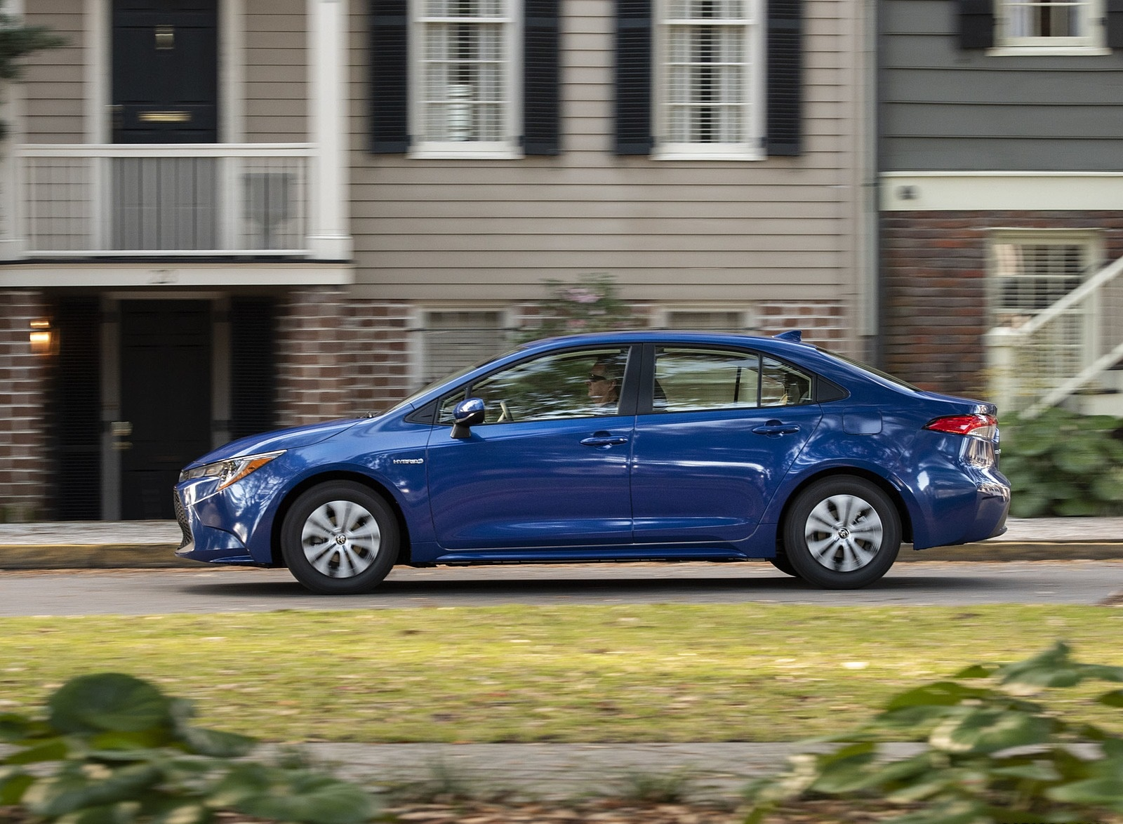 2020 Toyota Corolla Hybrid LE (Color: Blue Crush Metallic) Side Wallpapers (3)