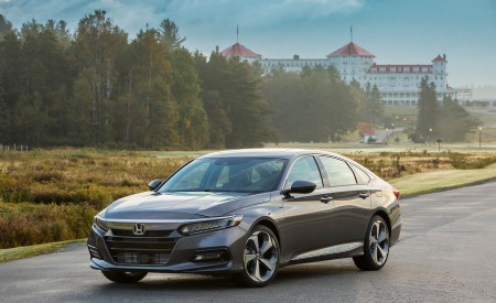 2018 Honda Accord Touring 2.0T Front Three-Quarter Wallpapers 450x275 (58)