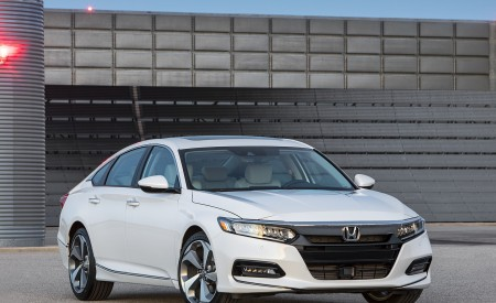 2018 Honda Accord Touring Front Three-Quarter Wallpapers 450x275 (91)