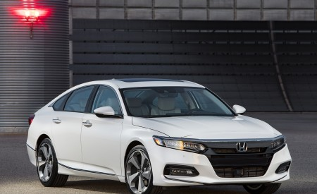 2018 Honda Accord Touring Front Three-Quarter Wallpapers 450x275 (92)
