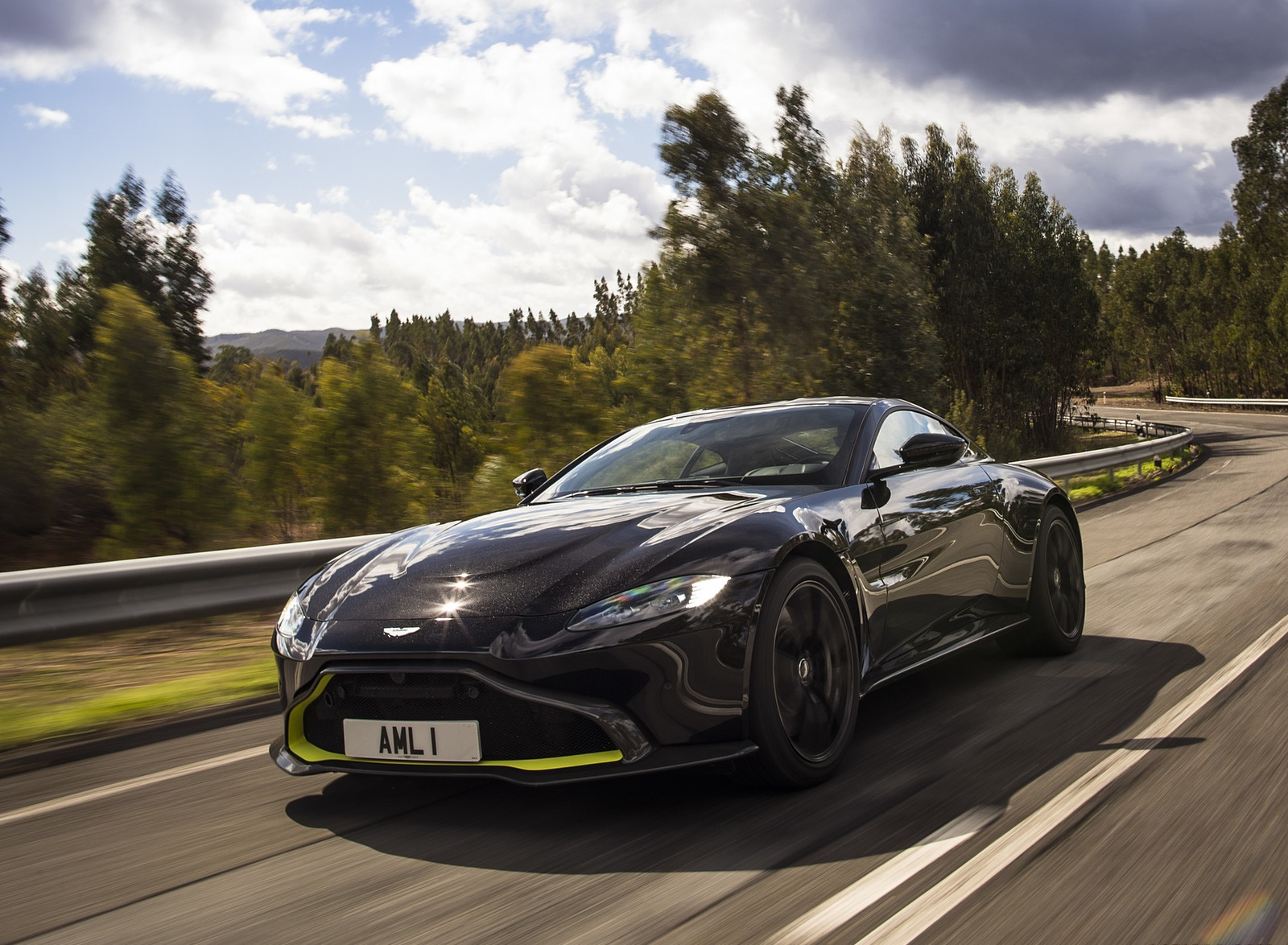 2019 Aston Martin Vantage (Onyx Black) Front Three-Quarter Wallpaper (3)