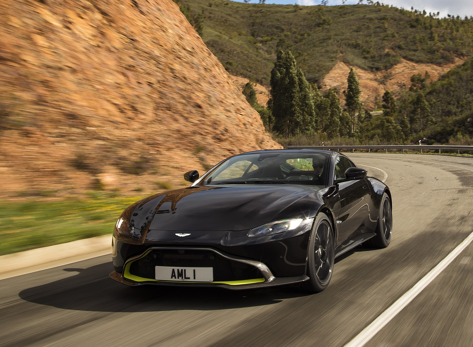 2019 Aston Martin Vantage (Onyx Black) Front Three-Quarter Wallpaper (5)