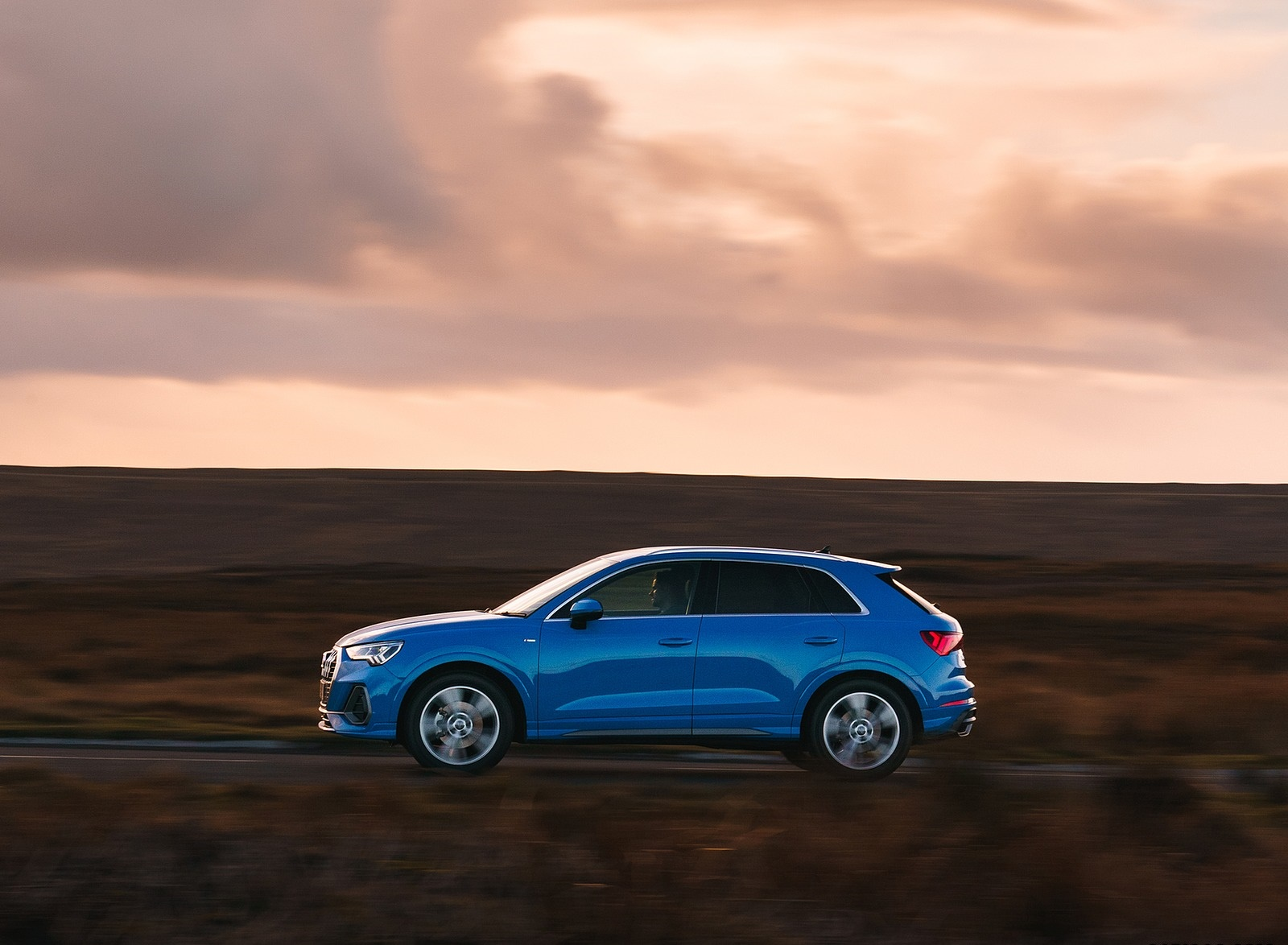 2019 Audi Q3 35 TFSI (UK-Spec) Side Wallpaper (10)