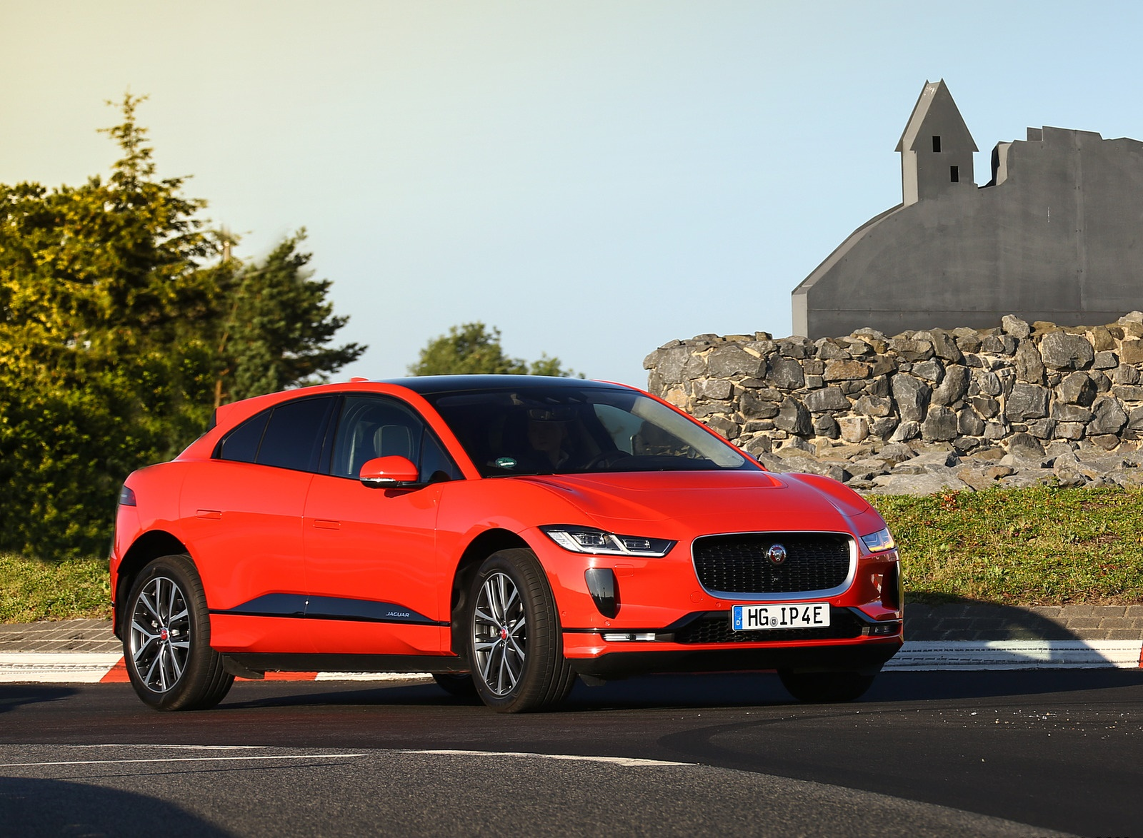 2019 Jaguar I-PACE EV400 AWD HSE First Edition (Color: Photon Red) Front Three-Quarter Wallpapers #45 of 192