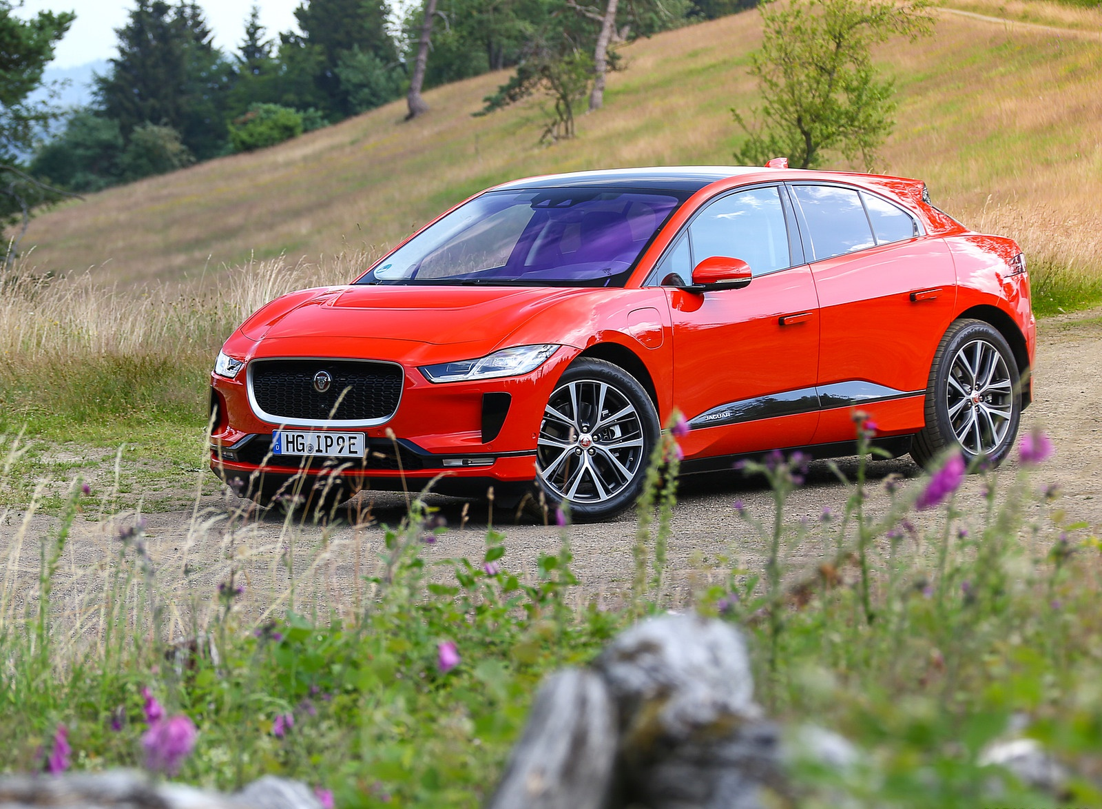 2019 Jaguar I-PACE EV400 AWD HSE First Edition (Color: Photon Red) Front Three-Quarter Wallpapers #47 of 192