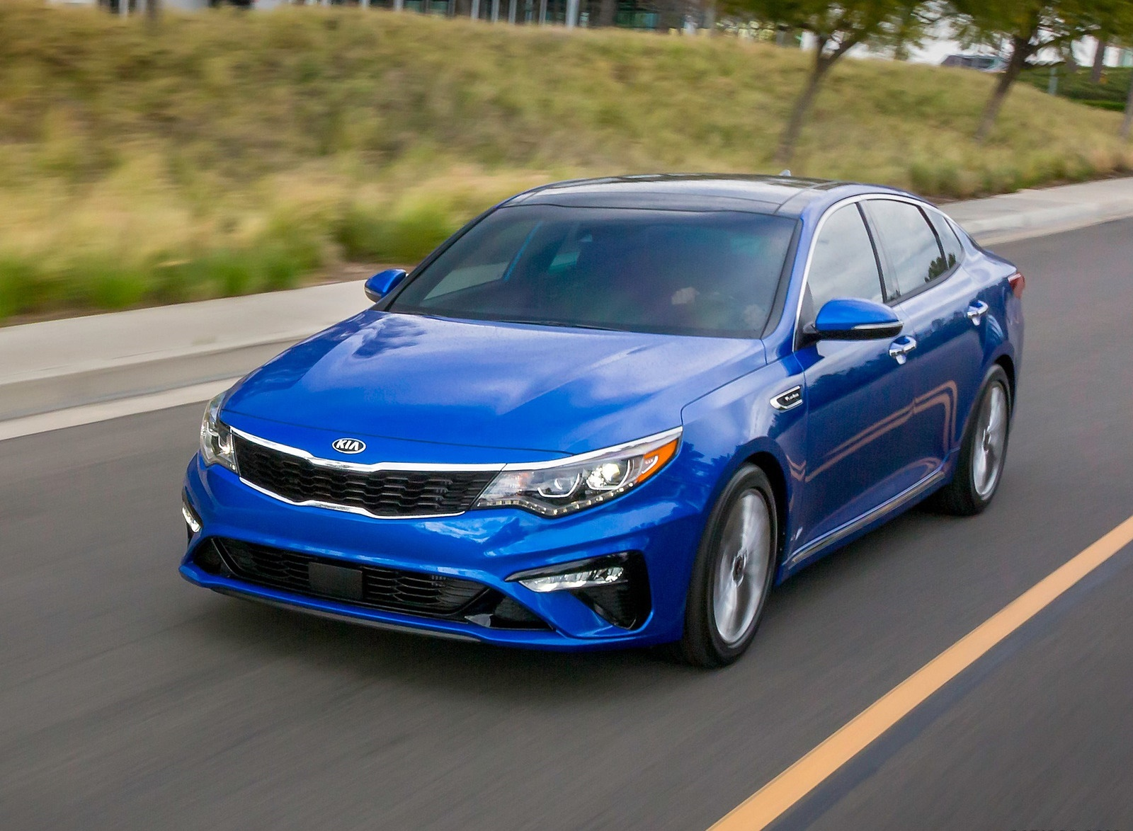2019 Kia Optima Front Three-Quarter Wallpaper (4)