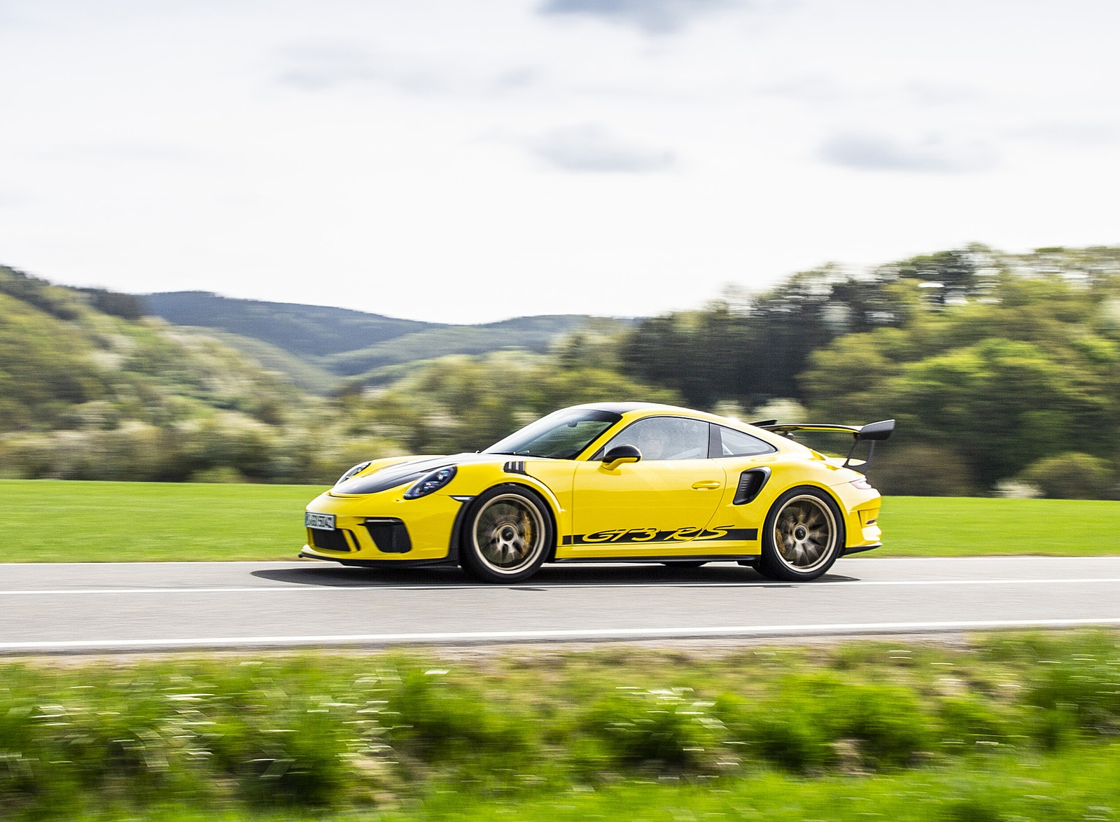 2019 Porsche 911 GT3 RS Weissach Package (Color: Racing Yellow) Side Wallpaper (7)