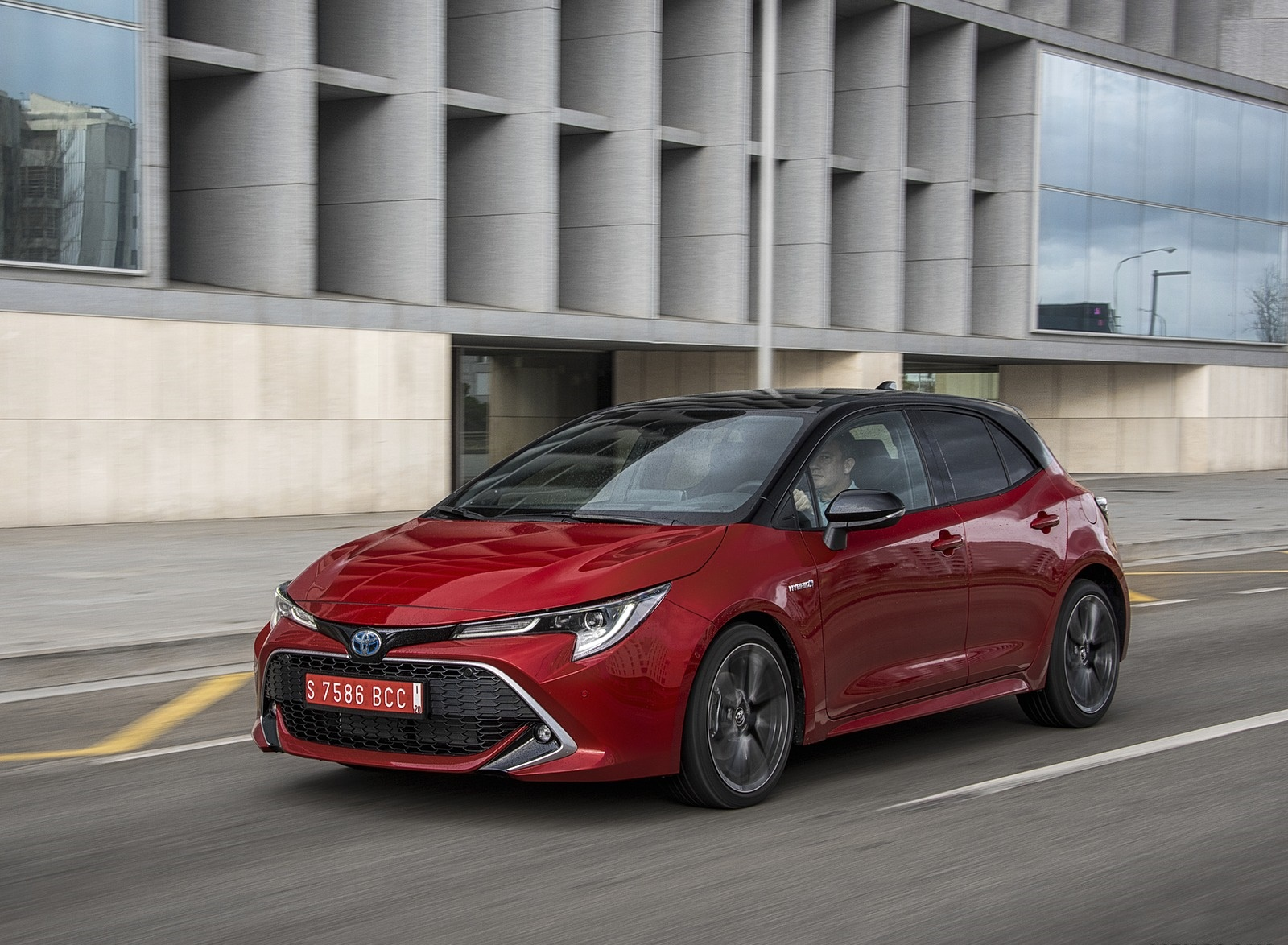 2019 Toyota Corolla Hatchback Hybrid 2.0L Red bitone (EU-Spec) Front Three-Quarter Wallpapers #18 of 81