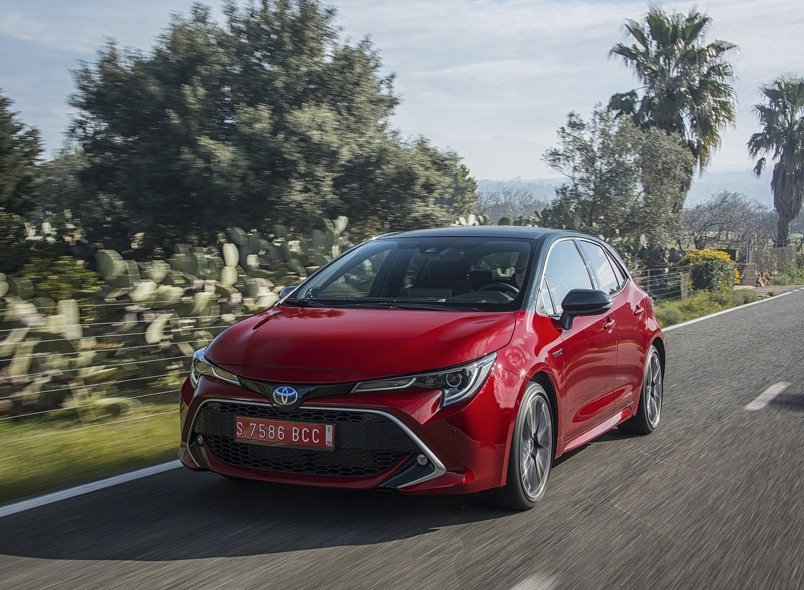 2019 Toyota Corolla Hatchback Hybrid 2.0L Red bitone (EU-Spec) Front Three-Quarter Wallpapers (8)