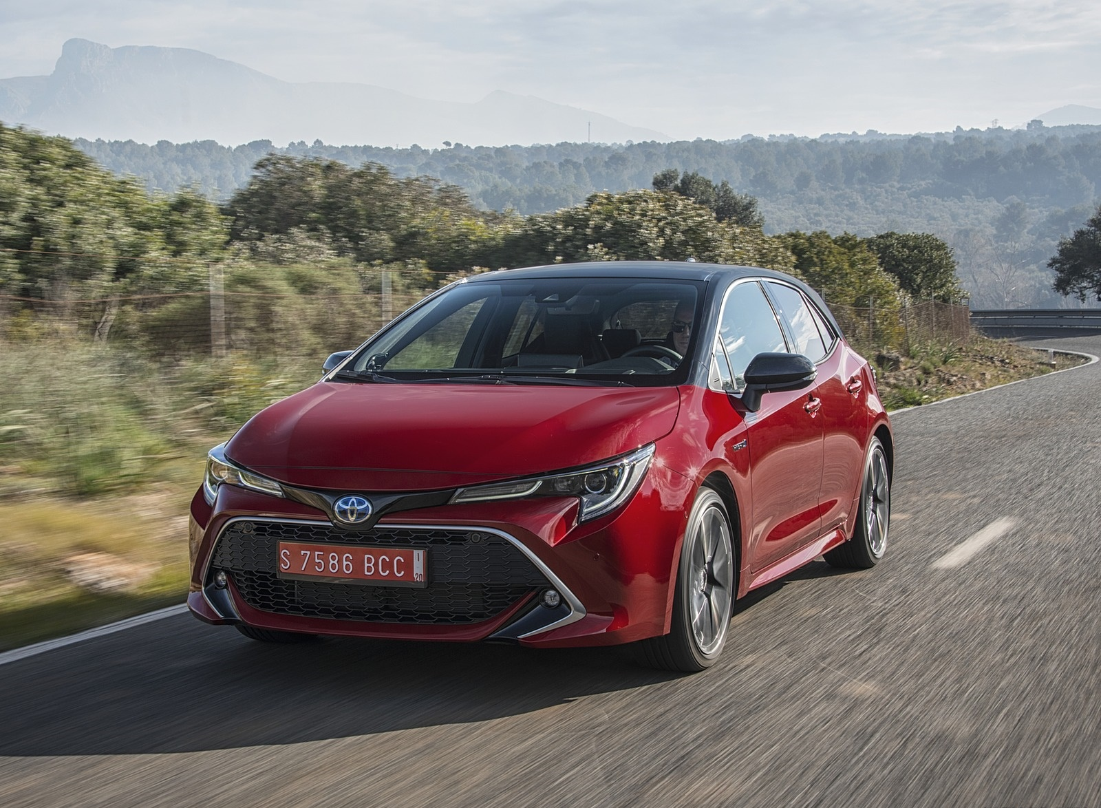 2019 Toyota Corolla Hatchback Hybrid 2.0L Red bitone (EU-Spec) Front Three-Quarter Wallpapers (2)