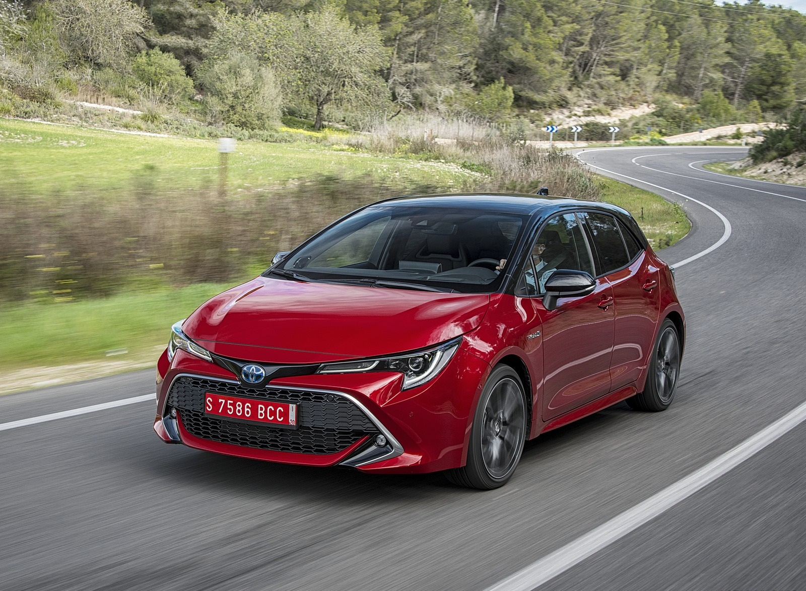 2019 Toyota Corolla Hatchback Hybrid 2.0L Red bitone (EU-Spec) Front Three-Quarter Wallpapers (10)