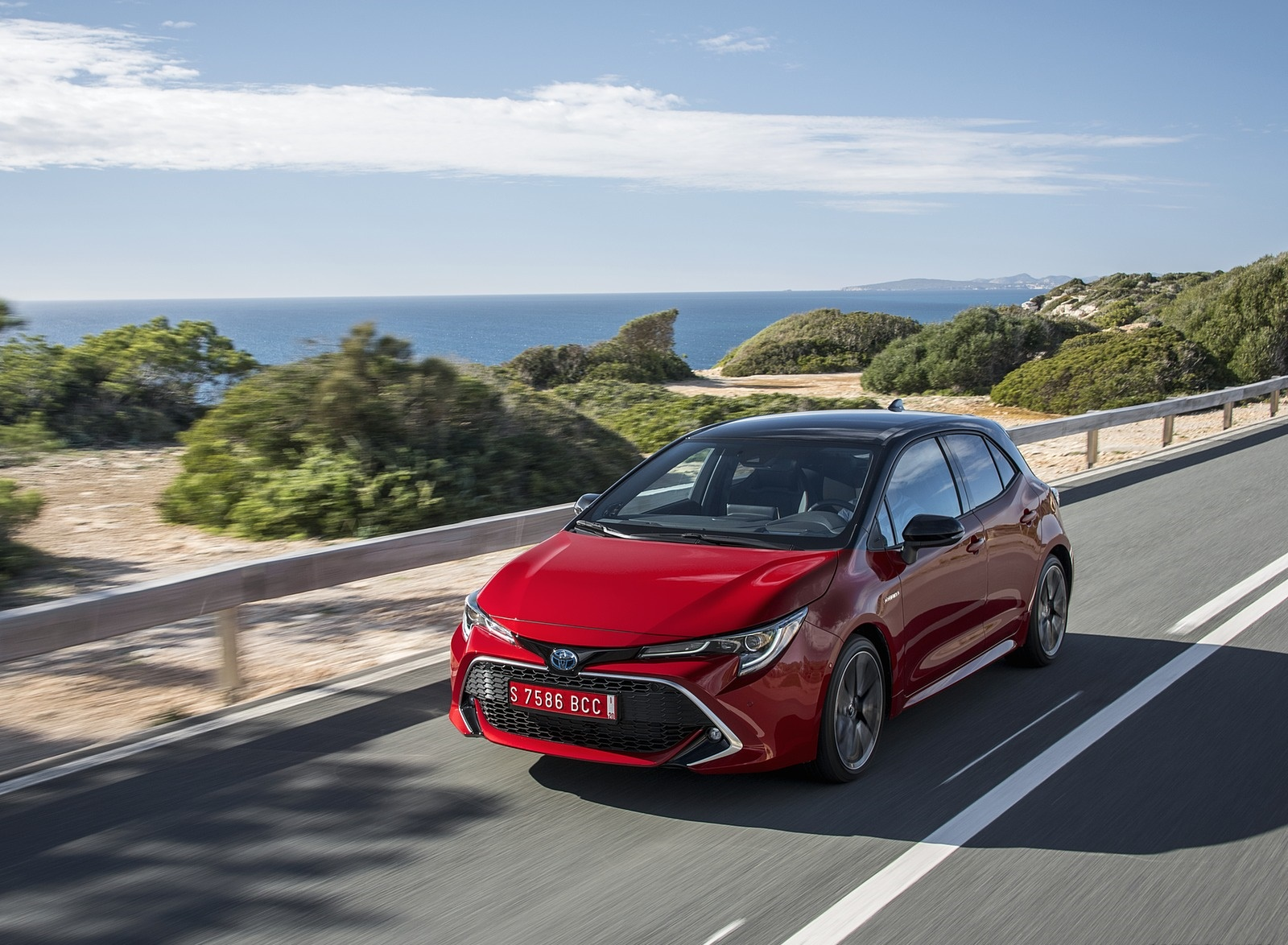 2019 Toyota Corolla Hatchback Hybrid 2.0L Red bitone (EU-Spec) Front Three-Quarter Wallpapers (13)