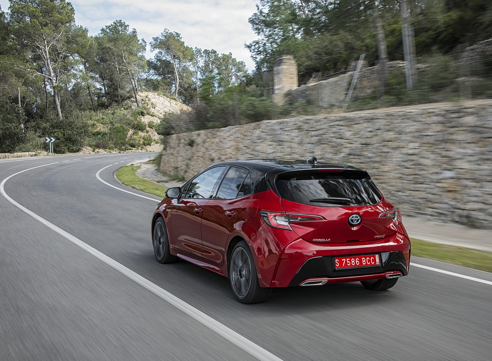 2019 Toyota Corolla Hatchback Hybrid 2.0L Red bitone (EU-Spec) Rear Three-Quarter Wallpapers (4)