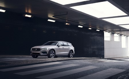 2019 Volvo V60 Cross Country Front Three-Quarter Wallpaper 450x275 (1)