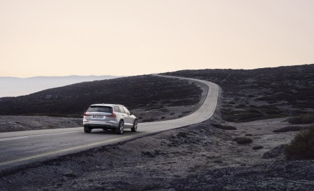 2019 Volvo V60 Cross Country Rear Three-Quarter Wallpaper 450x275 (3)