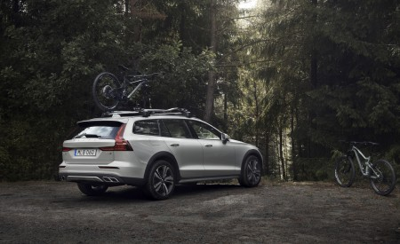 2019 Volvo V60 Cross Country Rear Three-Quarter Wallpaper 450x275 (4)
