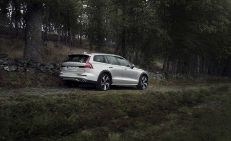 2019 Volvo V60 Cross Country Rear Three-Quarter Wallpaper 450x275 (9)