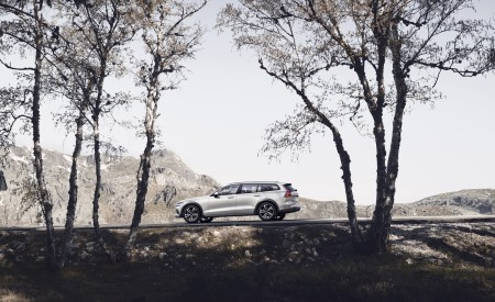 2019 Volvo V60 Cross Country Side Wallpapers 450x275 (10)