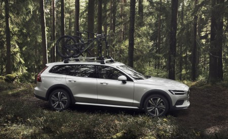 2019 Volvo V60 Cross Country Side Wallpaper 450x275 (11)