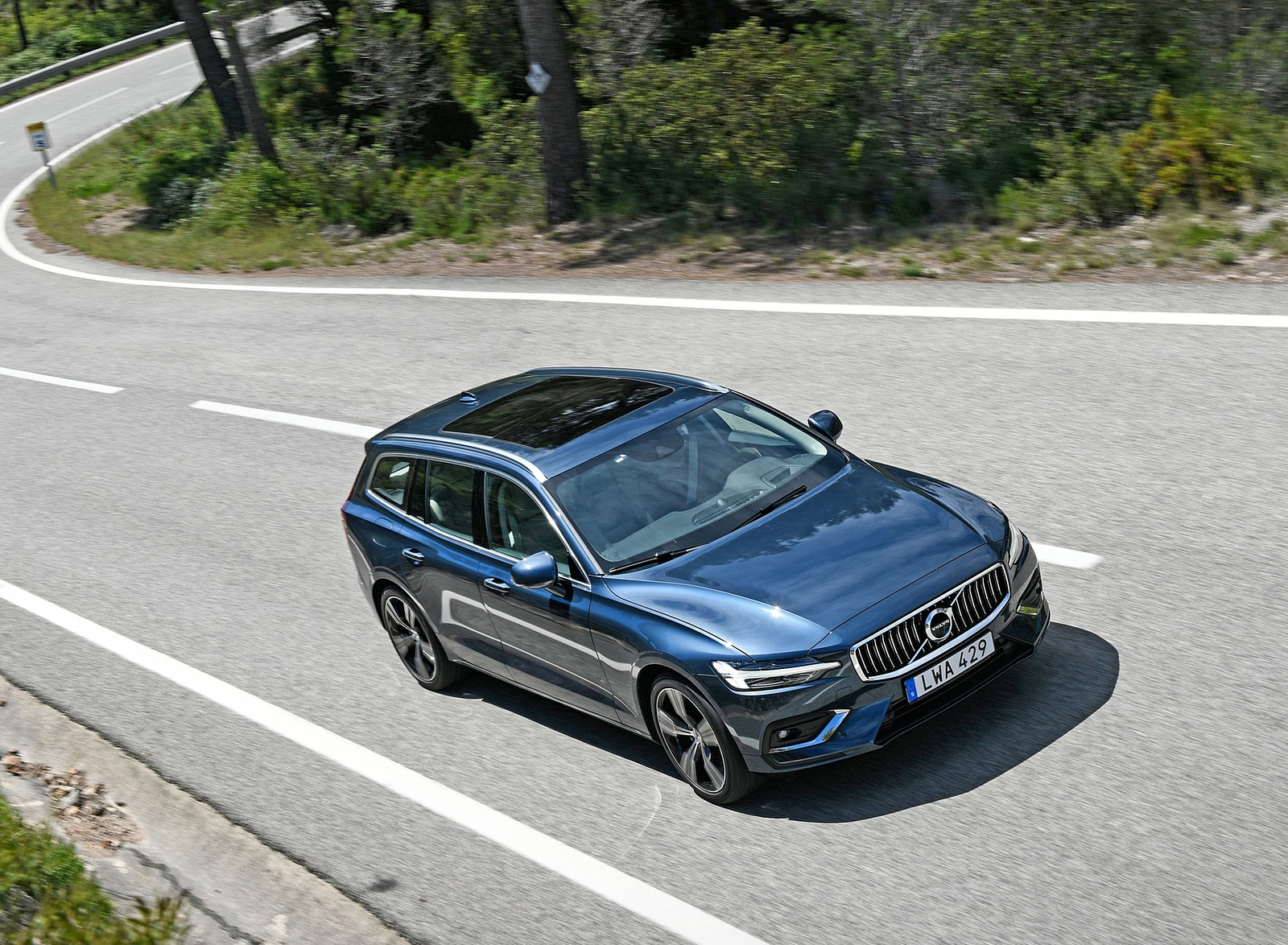 2019 Volvo V60 Front Three-Quarter Wallpaper (11)