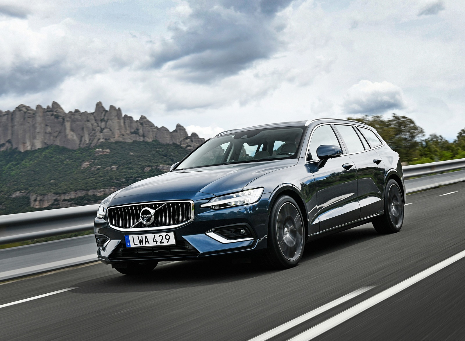 2019 Volvo V60 Front Three-Quarter Wallpaper (7)