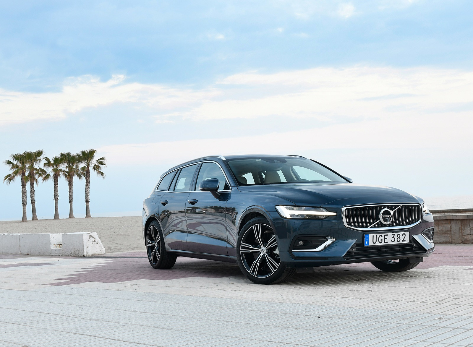 2019 Volvo V60 Front Three-Quarter Wallpaper (12)
