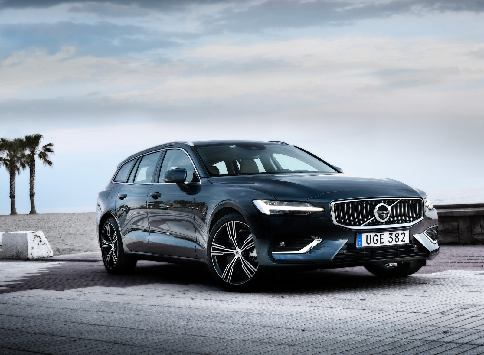 2019 Volvo V60 Front Three-Quarter Wallpaper (13)