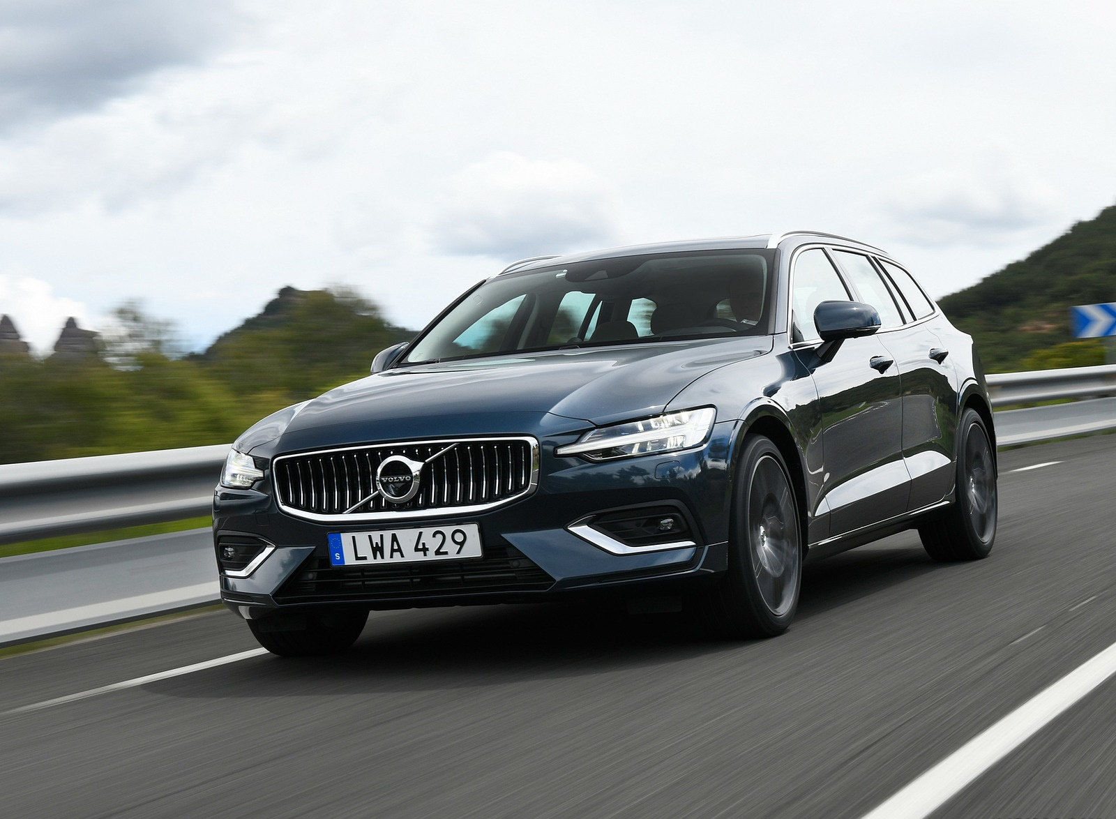 2019 Volvo V60 Front Wallpaper (2)