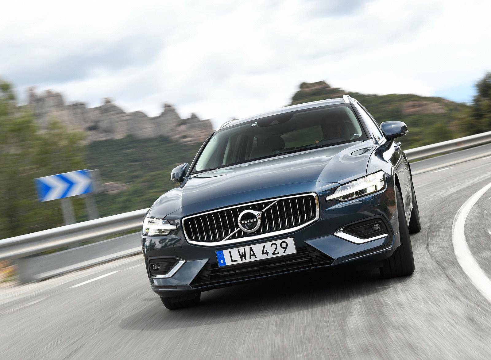 2019 Volvo V60 Front Wallpaper (1)