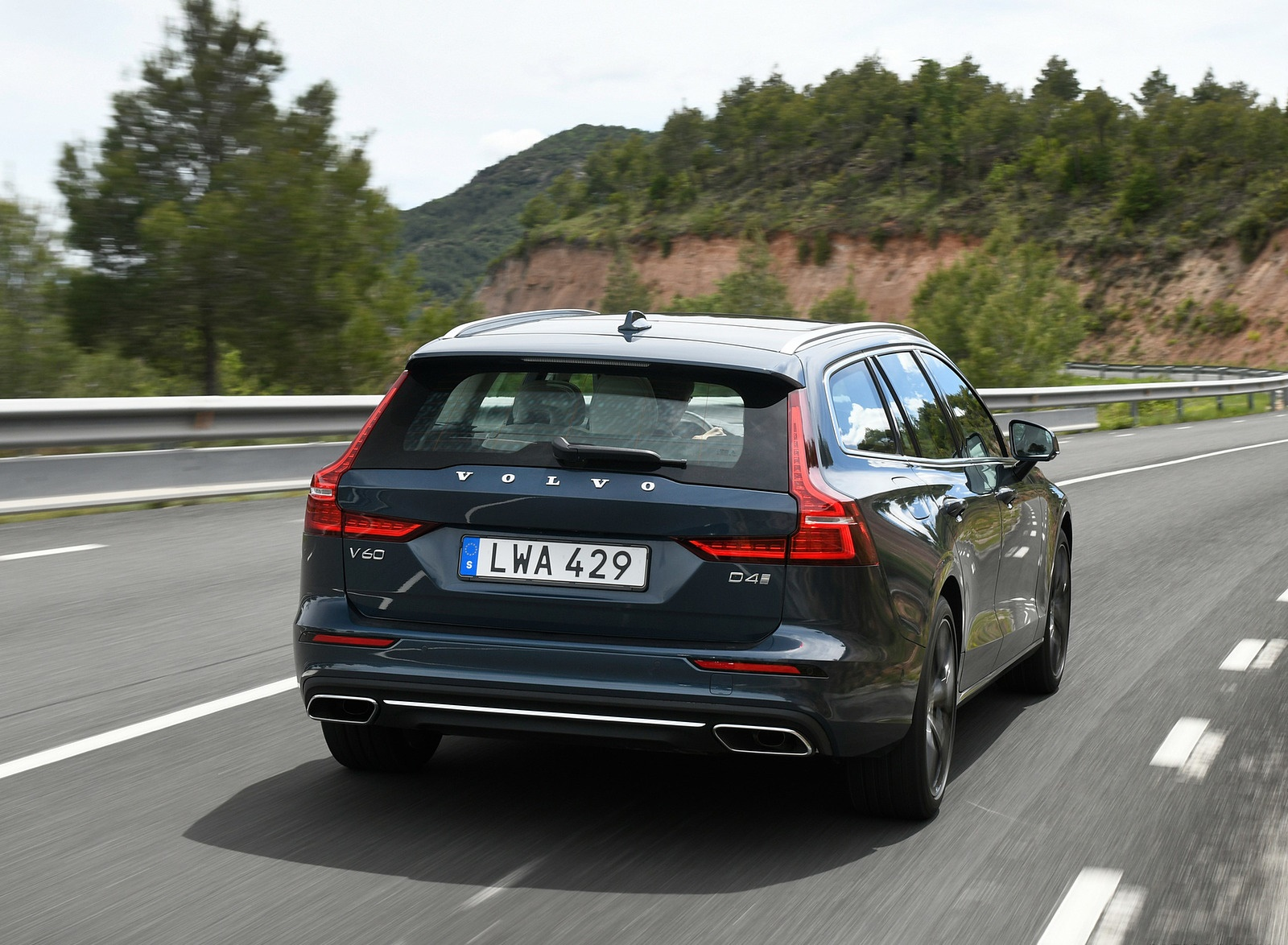2019 Volvo V60 Rear Wallpaper (10)