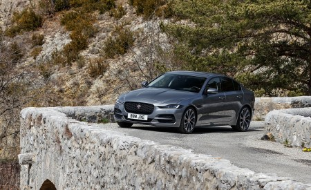 2020 Jaguar XE S D180 (Color: Eiger Grey) Front Three-Quarter Wallpapers 450x275 (43)