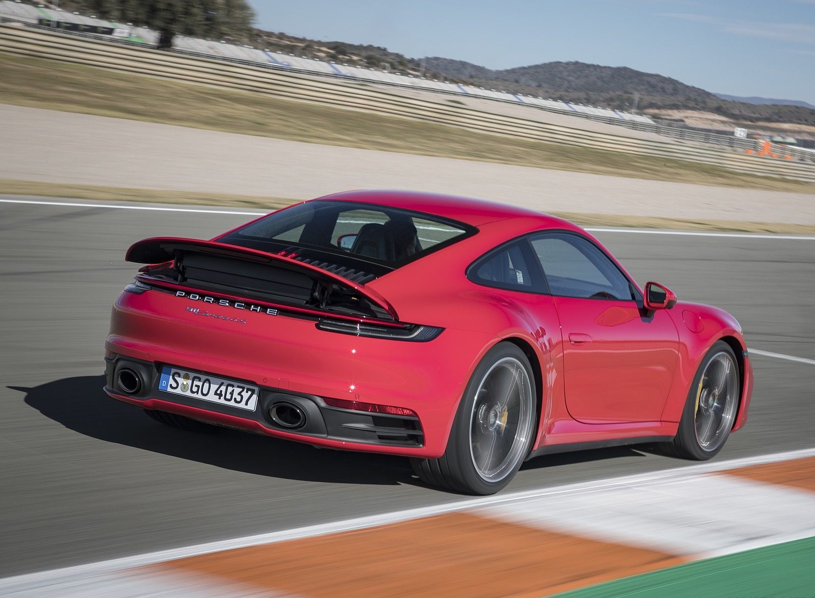2020 Porsche 911 4S (Color: Guards Red) Rear Three-Quarter Wallpaper (15)