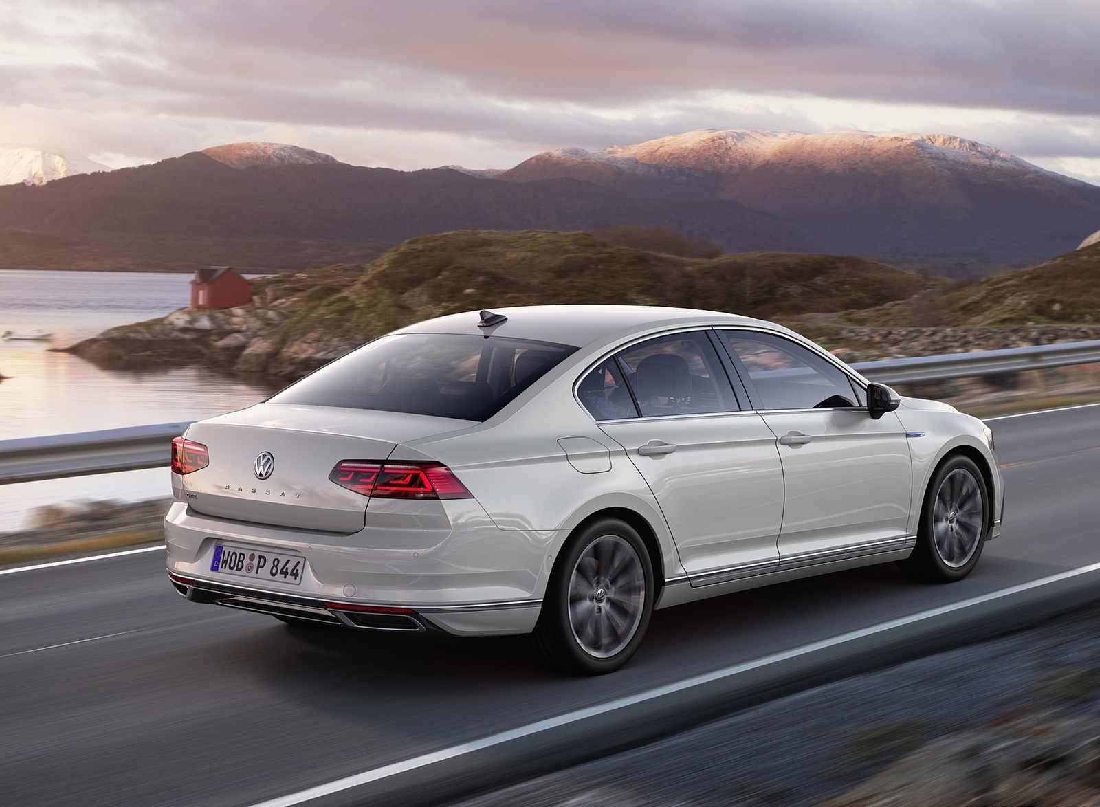 2020 Volkswagen Passat GTE Sedan (EU-Spec) Rear Three-Quarter Wallpapers (8)
