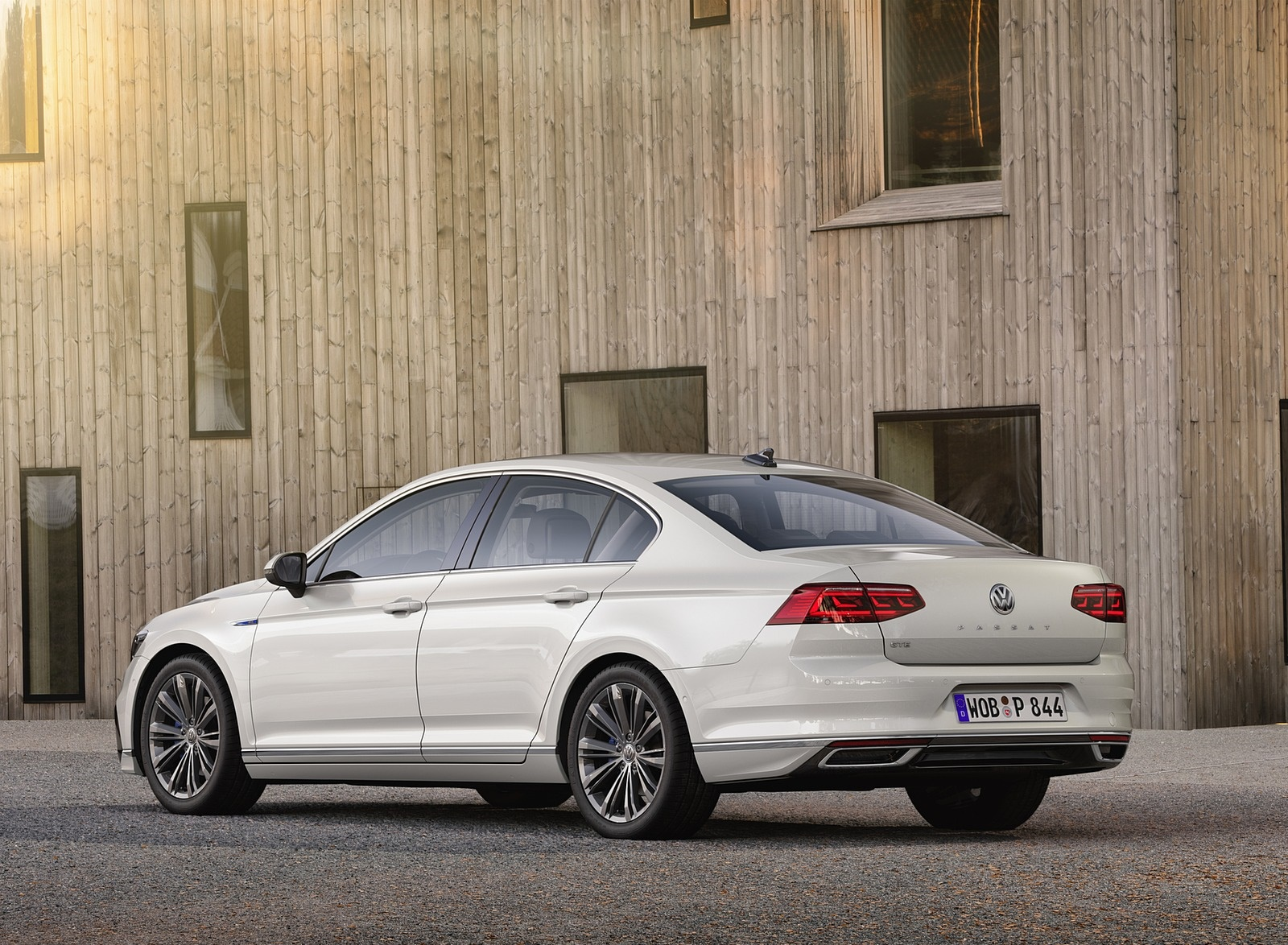 2020 Volkswagen Passat GTE Sedan (EU-Spec) Rear Three-Quarter Wallpapers (9)
