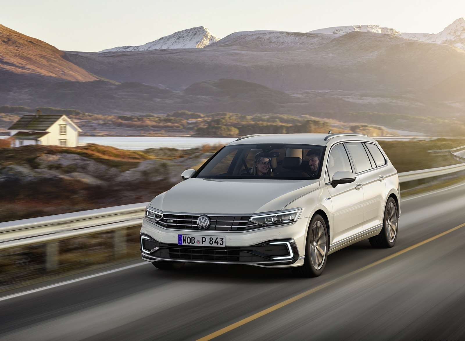 2020 Volkswagen Passat GTE Variant (EU-Spec) Front Three-Quarter Wallpapers (3)