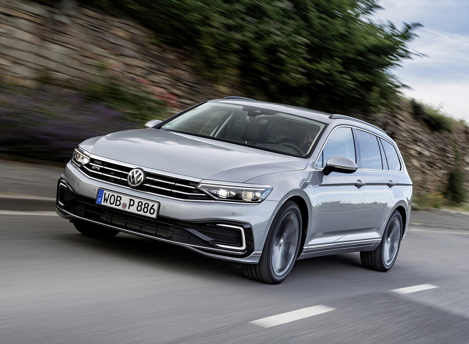 2020 Volkswagen Passat GTE Variant (Plug-In Hybrid EU-Spec) Front Three-Quarter Wallpapers (2)