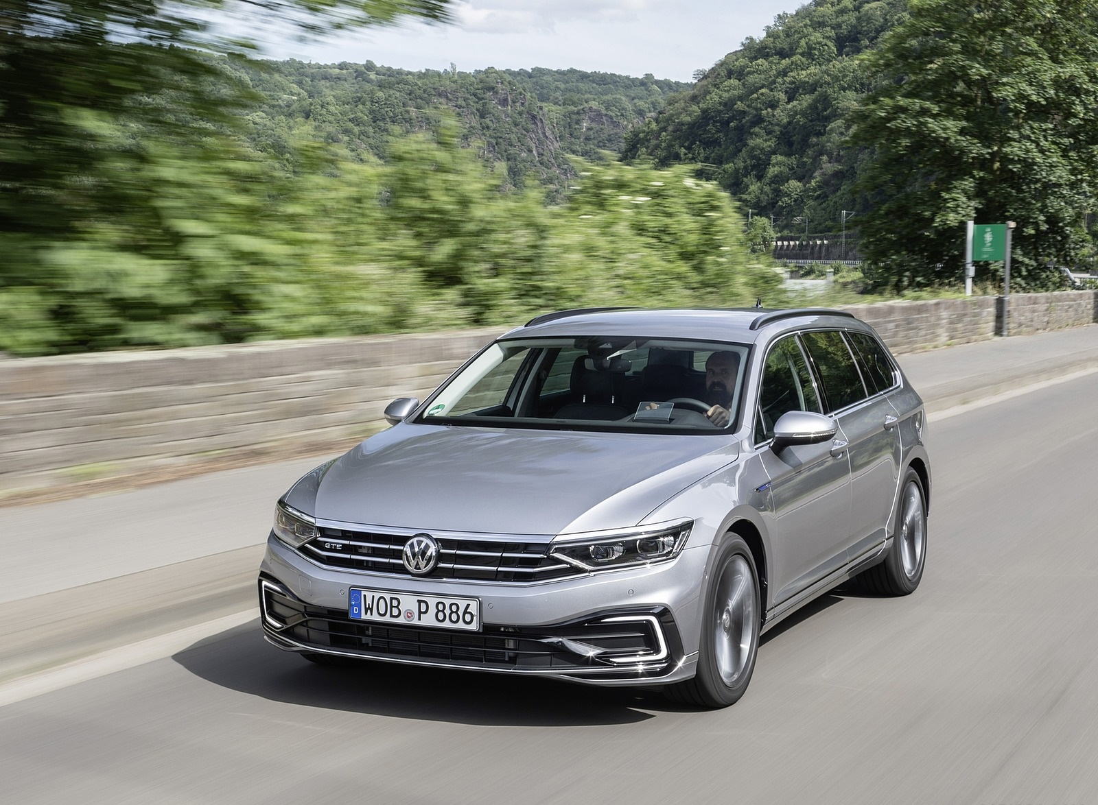2020 Volkswagen Passat GTE Variant (Plug-In Hybrid EU-Spec) Front Three-Quarter Wallpapers (3)
