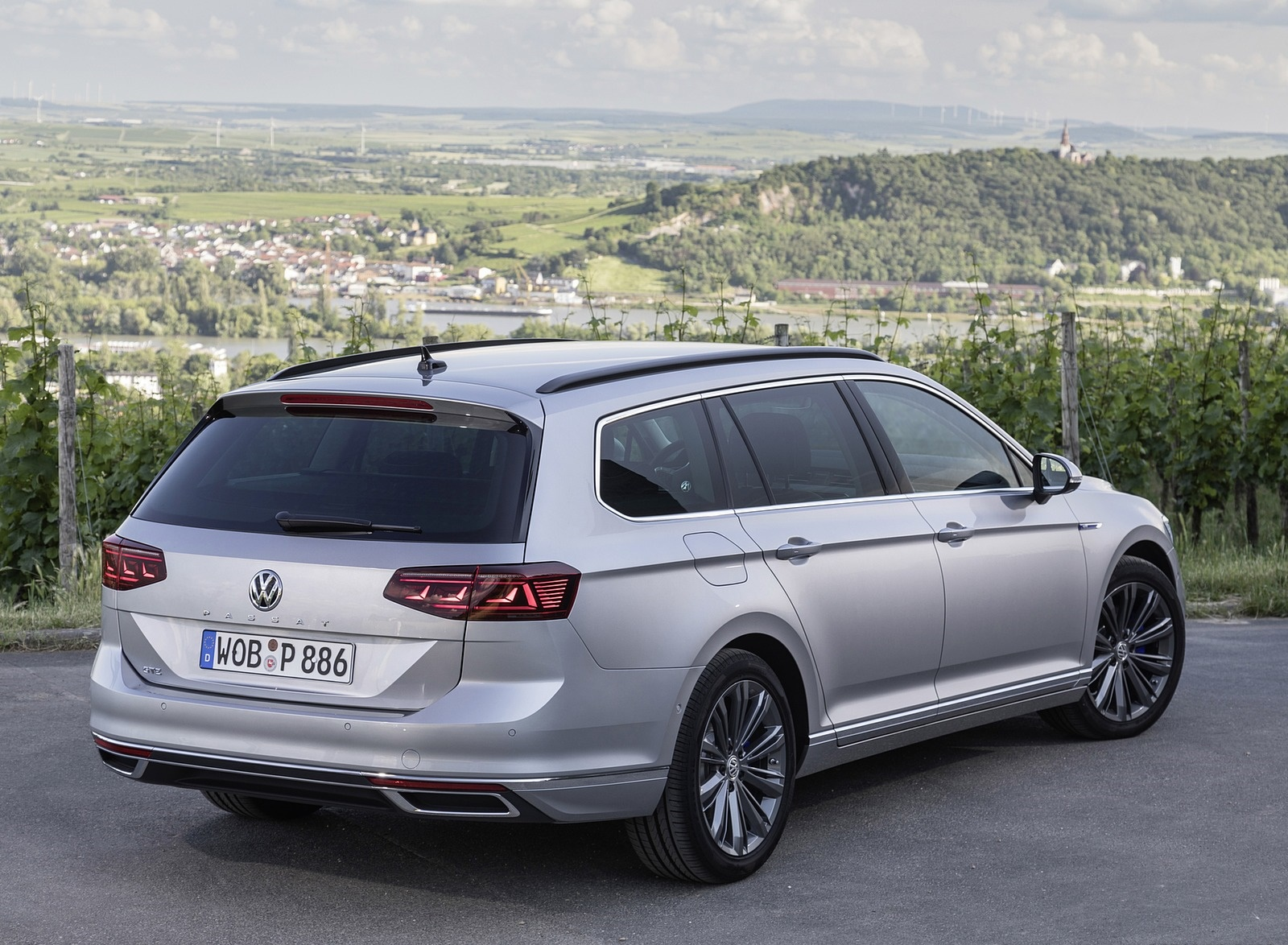 2020 Volkswagen Passat GTE Variant (Plug-In Hybrid EU-Spec) Rear Three-Quarter Wallpapers (13)