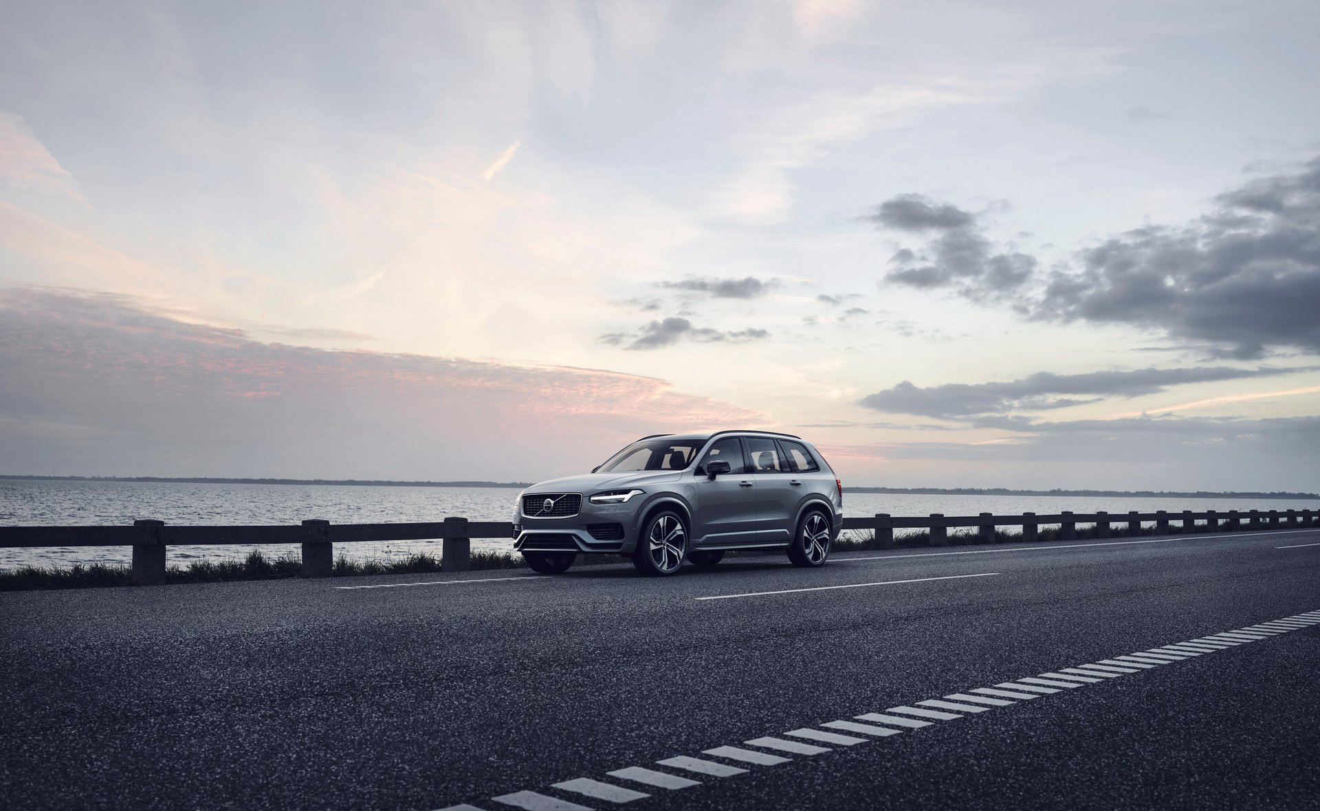2020 Volvo XC90 R-Design T8 Plug-in Hybrid (Color: Thunder Grey) Front Three-Quarter Wallpapers (1)