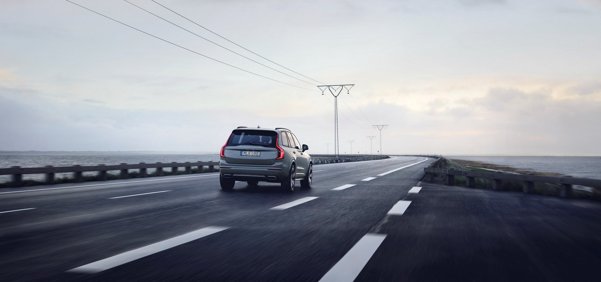 2020 Volvo XC90 R-Design T8 Plug-in Hybrid (Color: Thunder Grey) Rear Three-Quarter Wallpapers (3)