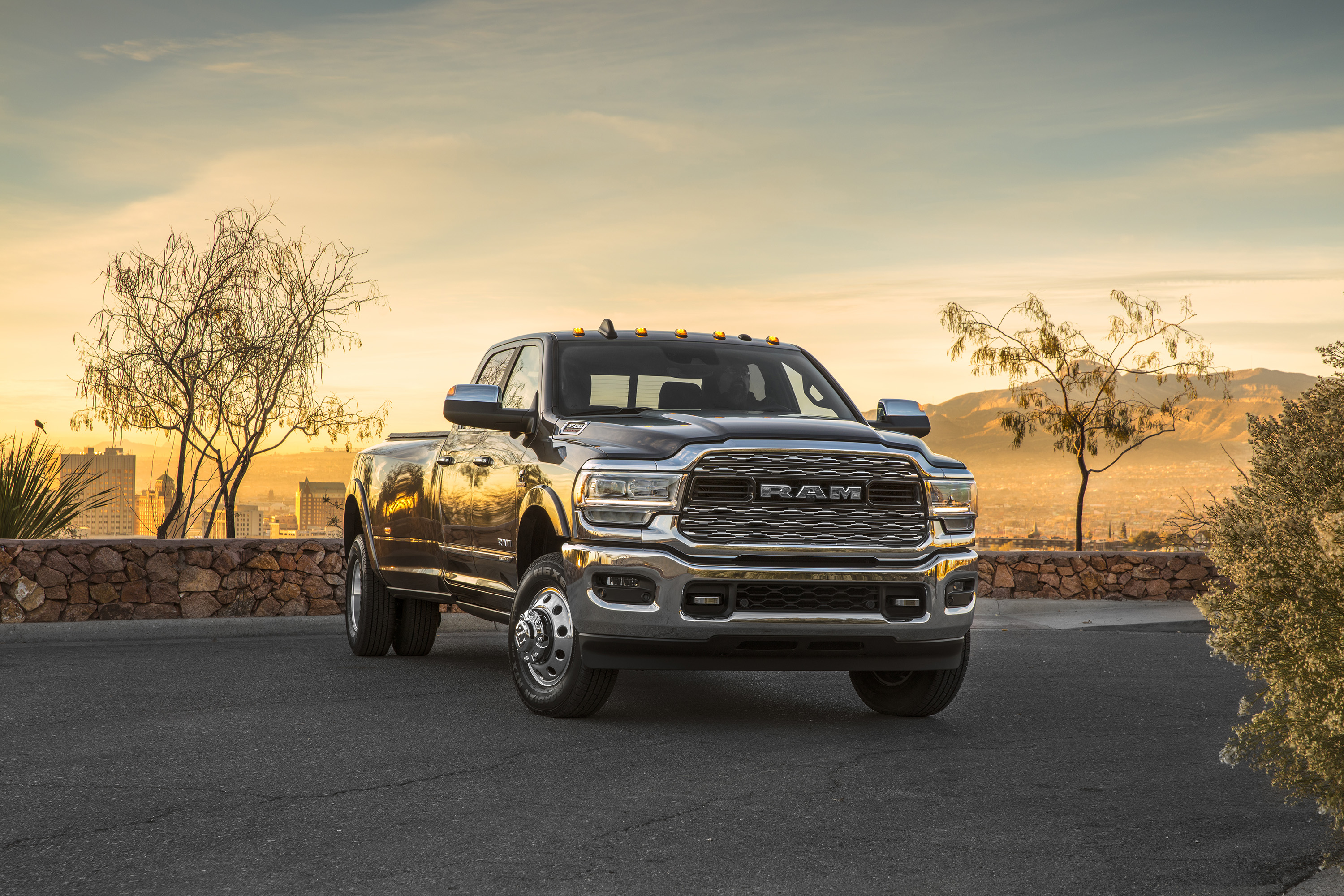 2019 Ram 3500 Heavy Duty Limited Crew Cab Dually Front Three-Quarter Wallpapers (6)