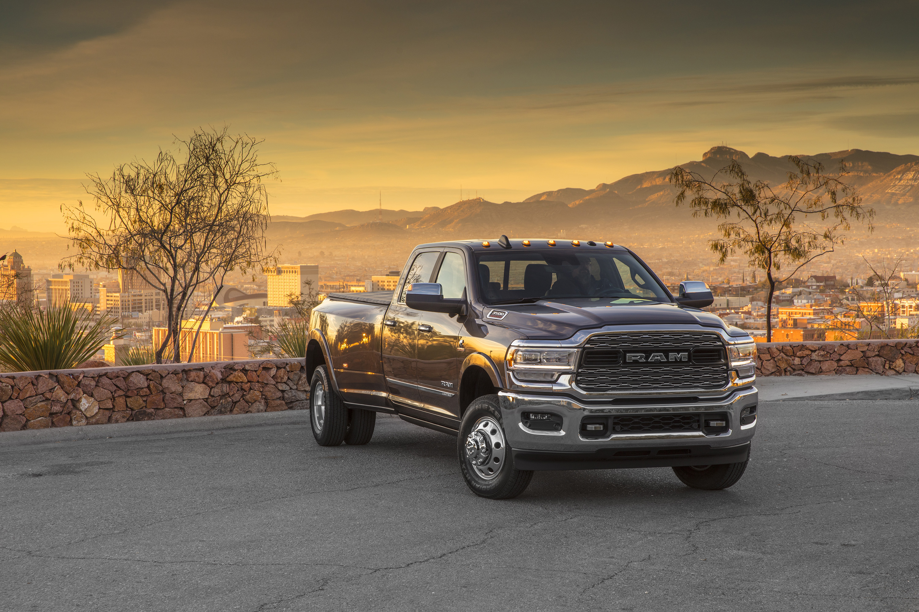 2019 Ram 3500 Heavy Duty Limited Crew Cab Dually Front Three-Quarter Wallpapers (7)