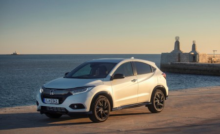 2019 Honda HR-V Front Three-Quarter Wallpaper 450x275 (56)